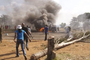 Photo: Scenes of mayhem erupted in Ratanda. DAILY MAVERICK/Greg Nicolson