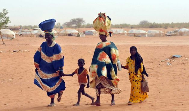 Malian refugees walk at Mbere refugee camp, near Bassiknou, southern Mauritania. Photo: ABDELHAK SENNA, Getty Images / 2012 AFP