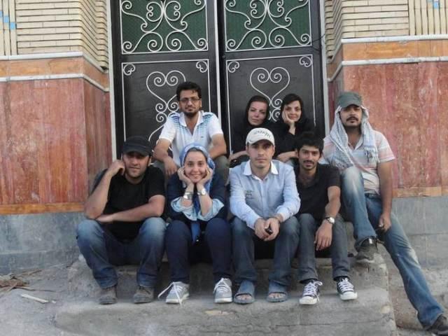 Hossein Maleki Ronaghi-au milieu sur la photo et ses amis avant leurs arrestations par les agents du ministère des renseignements de  Tabriz en aout 2012